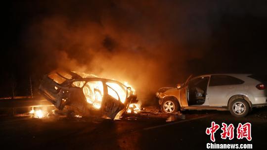 云南一男子酒后高速路上逆行撞车致3人受伤