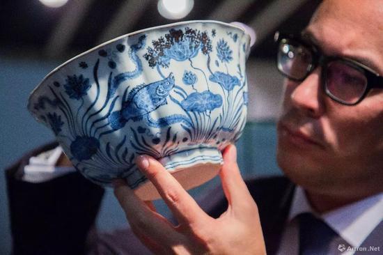 明宣德 青花鱼藻纹十棱菱口大�D 2.29亿港币  明初瓷器世界拍卖纪录  香港�K富比2017年春拍