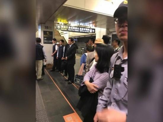 网友搭高铁偶遇马英九