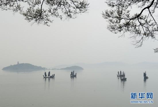 无锡太湖出现晨雾 几艘帆船停留水面如在画中
