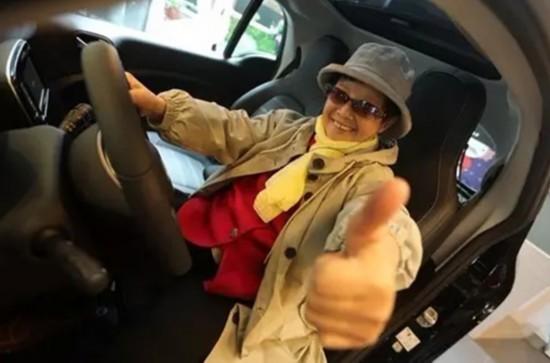 70岁奶奶考驾照84岁换新车 孙子:开了10多年算老司机