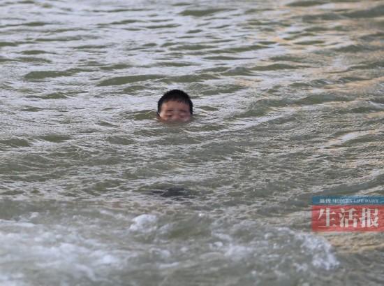 """肌肉男勇救溺水小男孩 记者""""直播""""全过程"""