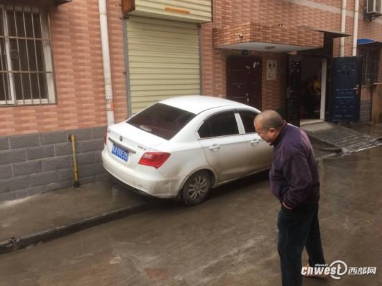 甘家寨一轿车凌晨堵了门 一栋楼居民全被困家中