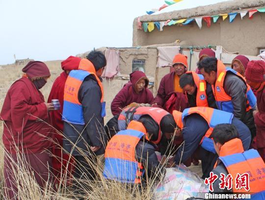 僧尼因重病被困青海湖海心山 救援队驾船破冰营救