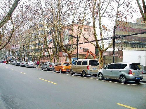 路边停车位:本是公共空间,理应服务公益