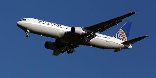 资料图:美联航飞机在飞行当中。