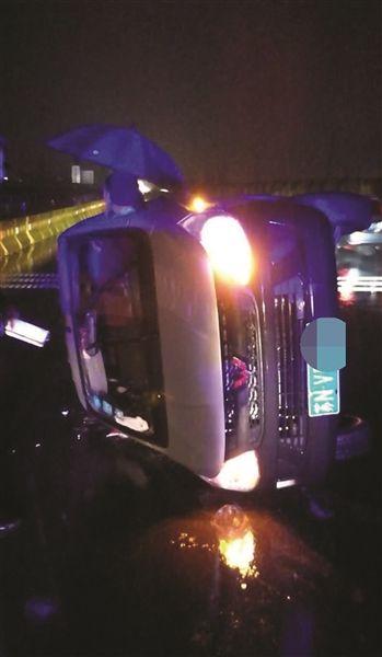 老人南京手术后转院 雨夜高速路遭遇车祸