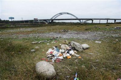 周末烧烤狂欢后金马河500米河滩100多个垃圾堆