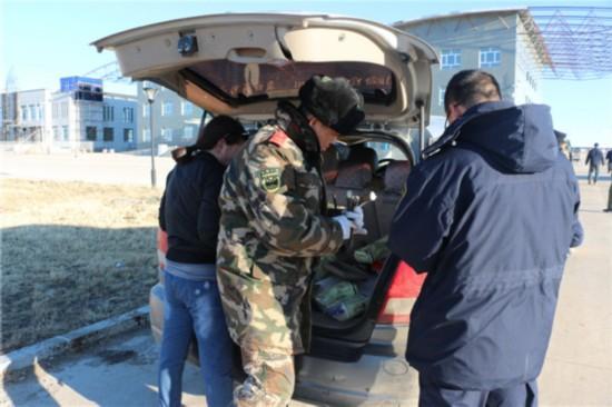值班民警介绍,当日16时许,阿日哈沙特边检站执勤官兵在对一辆入境