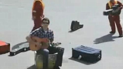 加拿大歌手戴夫・卡罗尔因吉他被美联航行李工摔坏索赔未果,写歌讲述这件事,结果网络爆红。