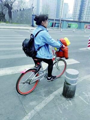 """共享单车车筐成""""座椅"""" 官方:发生事故或无保险"""