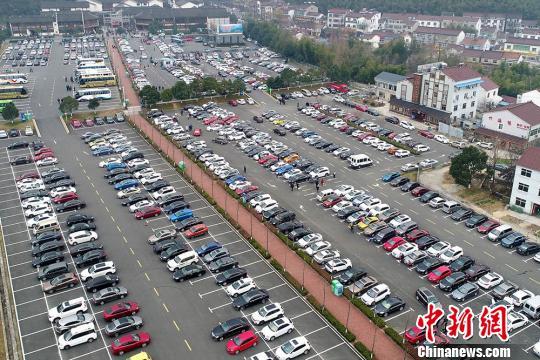 """车多位少停在哪?停车难带给城市多种""""并发症"""""""