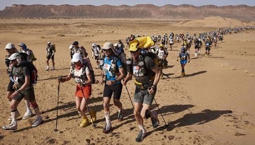 参赛者全程都要背着自己的装备。
