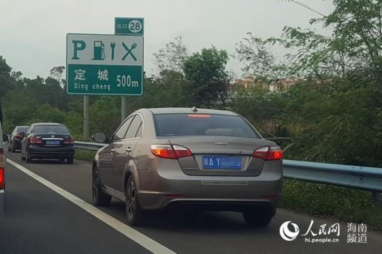 实拍:海南高速路4分钟37车疑违法占应急车道