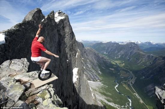 盘点世上最大胆游客:悬崖峭壁搭帐篷,垂直山峰玩滑雪