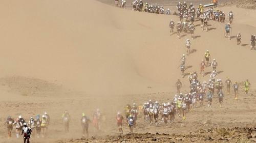 参赛者们穿越沙漠。