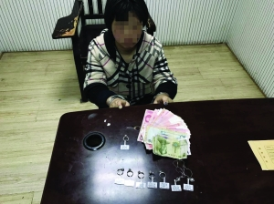 南京女子拉开卷帘门钻进店里 抓走13万元珠宝