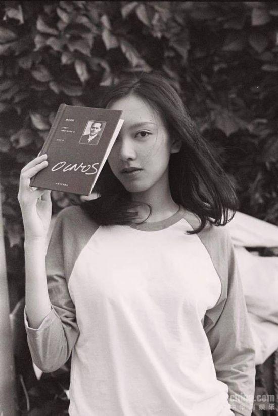 演员孙嘉灵复古写真曝光 淡妆女神演绎春意盎然