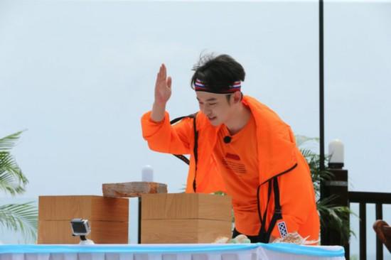 《少年团》王俊凯单手劈木板 张一山心疼忙按摩