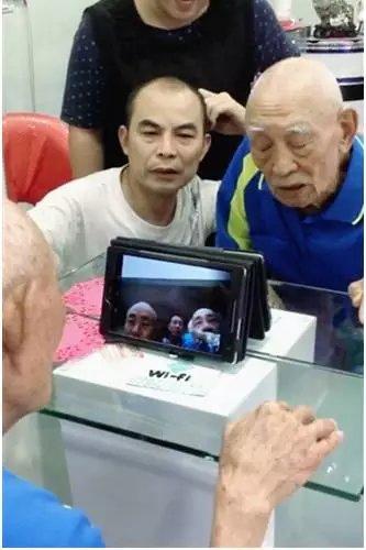 台湾老兵胡定远(右)与大陆亲人视频连线