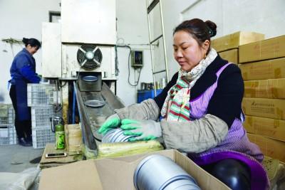 连云港开发区一制罐厂为残疾人创造就业岗位