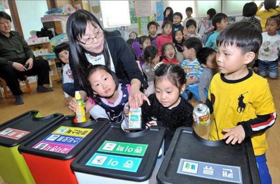 韩国小朋友在幼儿园学习垃圾分类