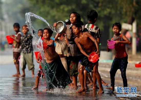 缅甸全国欢度泼水节