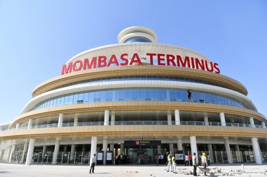 4月13日,在肯尼亚蒙内铁路蒙巴萨站,工人进行通车试运营前的扫尾完善工作。  新华社记者孙瑞博摄