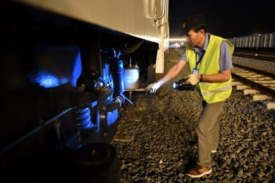 4月13日,在肯尼亚蒙内铁路内罗毕站,中方技术人员许景林进行当日测试运行后的检查工作。 新华社记者孙瑞博摄