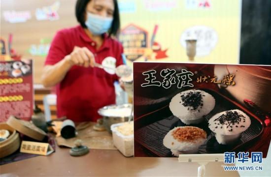 """4月14日,一名台南美食小店的业者在现场制作特色街头美食。当日,由台南市观光旅游局主办的为期四天的第三届""""台南街头小食节""""在香港荷里活广场登场。 新华社记者 李鹏 摄"""
