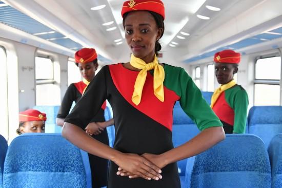 4月13日,在肯尼亚蒙内铁路一列测试列车上,乘务员练习迎宾礼仪。 新华社记者孙瑞博摄