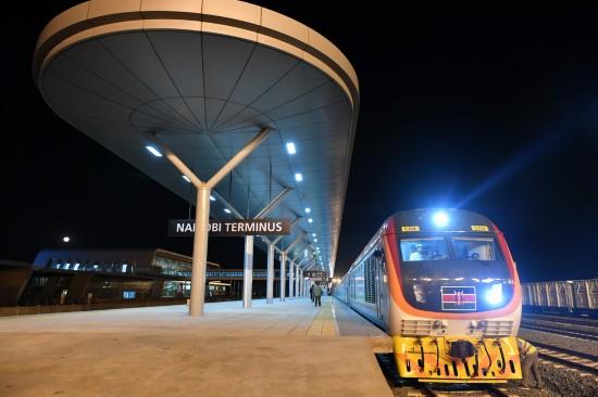 在肯尼亚蒙内铁路内罗毕站停靠的列车(4月13日摄)。  新华社记者孙瑞博摄