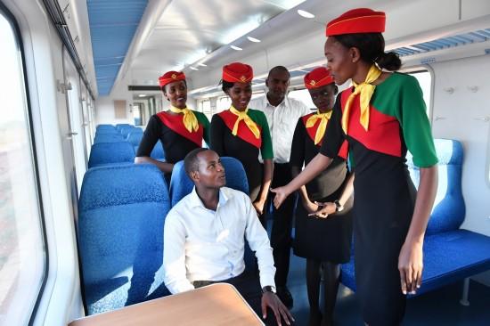 4月13日,在肯尼亚蒙内铁路一列测试列车上,乘务员练习如何招待旅客。  新华社记者孙瑞博摄