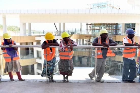 4月13日,几名工人在肯尼亚蒙内铁路蒙巴萨站休息。 新华社记者孙瑞博摄