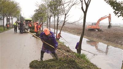 南通海门工业园区整治环境 让小河干净美丽