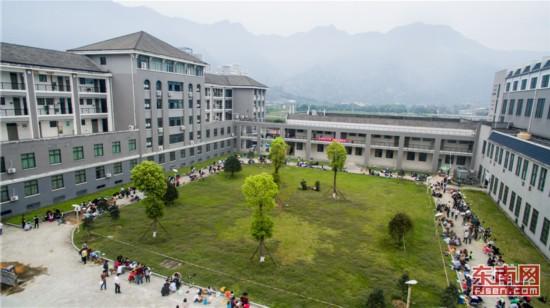 为筑好职业梦 福建2500名大学生与泥瓦匠比拼砌墙技术