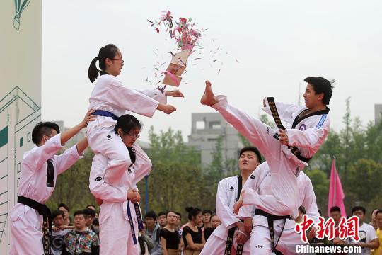 南京邮电大学五千学子 薪火传 踏歌行 迎校庆图片