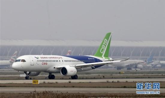 4月16日,国产大飞机C919在上海浦东国际机场4号跑道进行首次高速滑行测。新华社发(赵昀 摄)
