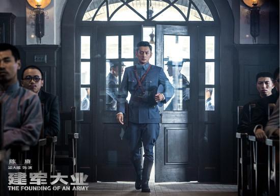 梁大维出席《建军》发布会 亮相北影节红毯