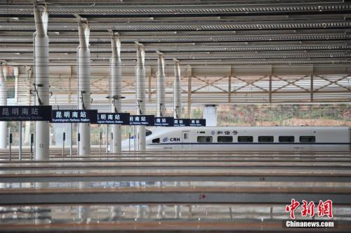 """1月3日,等待上客的列车。当日,沪昆客专、云桂铁路全线开通运营一星期,截至目前,昆明铁路局发送旅客突破10万人。2016年12月28日,沪昆客专、云桂铁路全线开通运营,云南自此正式步入""""高铁时代""""。<a target='_blank'  data-cke-saved-href='http://www.chinanews.com/' href='http://www.chinanews.com/' _fcksavedurl='http://www.chinanews.com/'></table><p  align="""