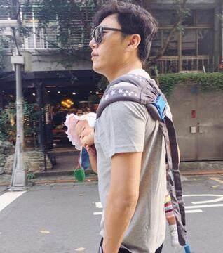 秦昊是一个十分有爱的爸爸,出街时刻还是负责抱娃的奶爸。