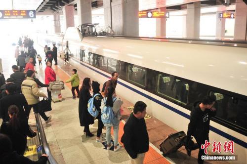 """1月3日,站台上准备上车的旅客。当日,沪昆客专、云桂铁路全线开通运营一星期,截至目前,昆明铁路局发送旅客突破10万人。2016年12月28日,沪昆客专、云桂铁路全线开通运营,云南自此正式步入""""高铁时代""""。<a target='_blank'  data-cke-saved-href='http://www.chinanews.com/' href='http://www.chinanews.com/' _fcksavedurl='http://www.chinanews.com/'></table><p  align="""