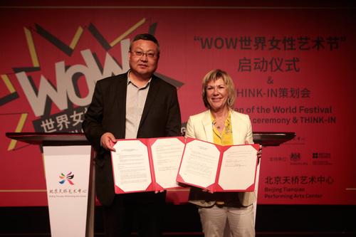 北京天桥艺术中心总经理张利(左)和英国南岸艺术中心总监朱迪・凯莉(右)出席北京天桥艺术中心与英国南岸艺术中心战略合作签约仪式。