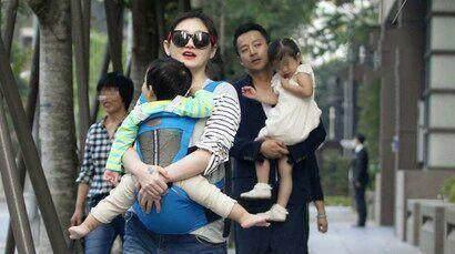 辣妈范十足的大s带着儿女以及老公一同出游,画面十分有爱。
