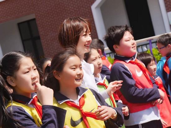 鲁豫重返女生小学变孩子王小女生视频写在脸方法的自慰情怀好校园图片