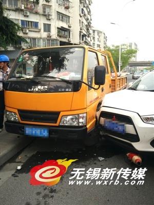 无锡轿车避让行人不及撞上工程车 致两人受伤