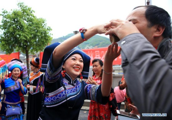 """People of Zhuang ethnic group attend """"hundred-family banquet"""" in S China"""