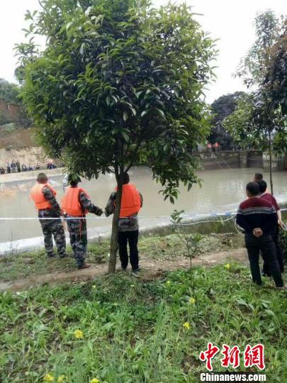 四川名山祖孙4人自驾电动车坠渠2人溺亡2人失踪