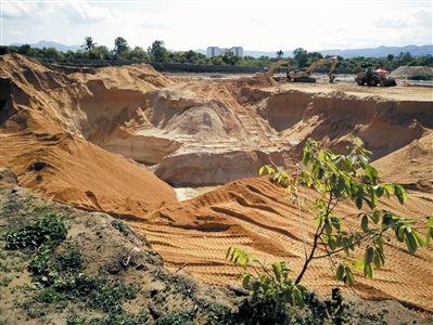 """三亚海棠区一荒地被挖出""""天坑"""""""