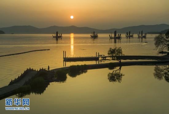 落日映红天际 几艘帆船停在太湖水面如在画中